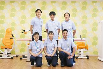 聖マリアデイサービスセンターのスタッフ(後列左が施設管理者の東博史主任)