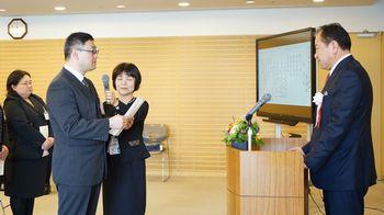 研修生を代表し抱負を述べる原裕次さん(左)。右は聖マリア病院の島弘志病院長