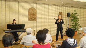 サックス奏者の深町宏さん(右)とピアノ奏者の原口ゆり子さん(左)
