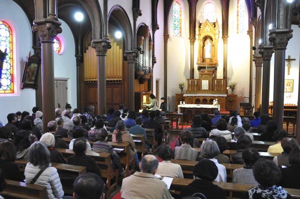 雪の聖母聖堂で開催されたチャリティーコンサート